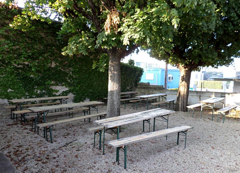 Verlassener Gastgarten bei Wildnis Leberstraße
