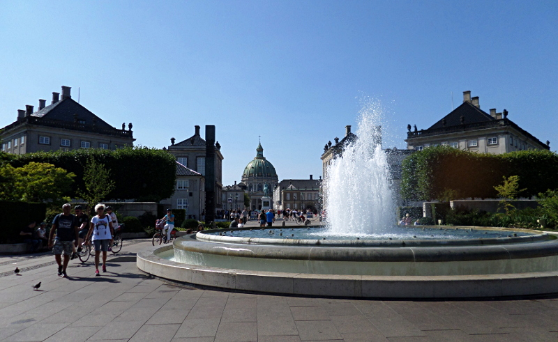 Ameliehavn mit erfrischendem Springbrunnen und Blick zu Amalienborg und Frederiks Kerk