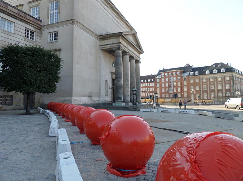 Christiansborg Slotsplads mit Thorvaldsens Museum und noch in rotem Plastik verpackten Absperr-Steinkugeln