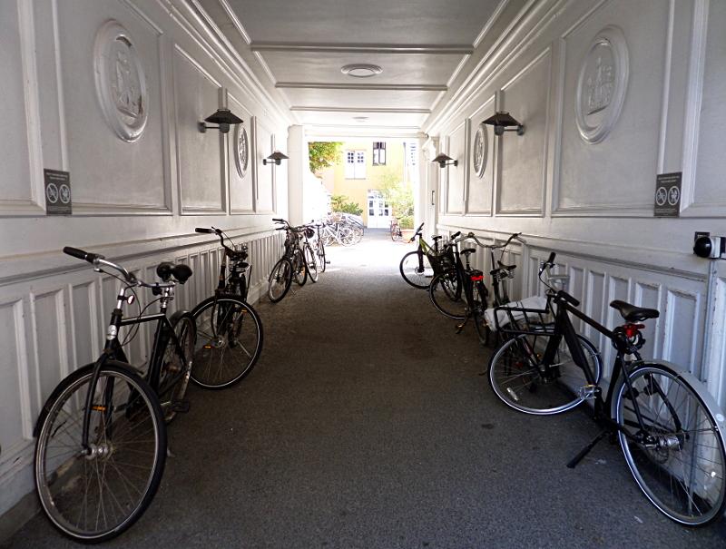 Hauseingang mit abgestellten Fahrrädern