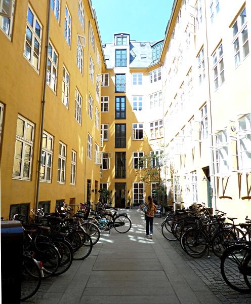 Innenhof mit abgestellten Fahrrädern