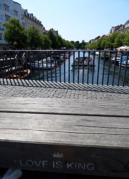 Love is King an der Brücke Torvegade / Christianshavn Kanal
