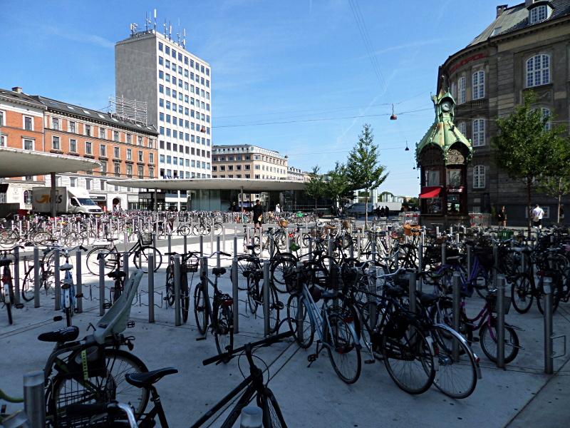 Kaffetårnet (der Kaffeeturm) und viele abgestellte Räder am Nørre Voldgade
