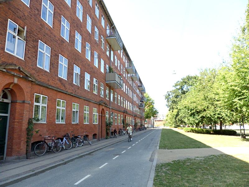 Wohnhaus mit abgestellten Fahrrädern