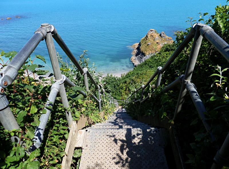 ... und die weniger bequeme Treppe hinunter zum Polstreath Beach