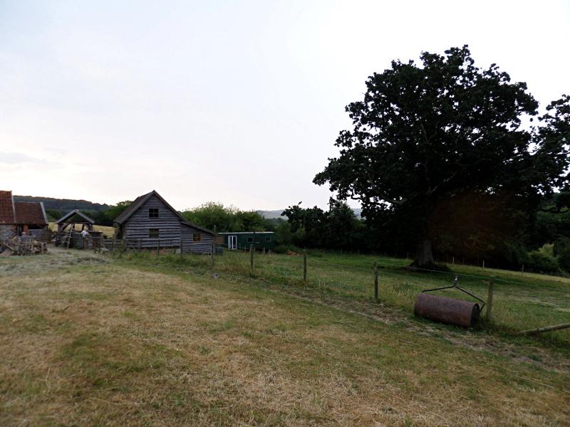 Monkton Wyld Court, Kuhstall, Eiche und ein Caravan