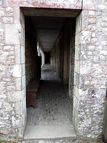 Monkton Wyld Court, Durchgang zum Innenhof