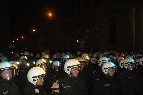 demo_rechterball_polizistenreihen